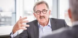 Bild von Josef Sanktjohanser, Präsident des HDE, Gesellschafter der PETZ REWE GmbH Wissen, im Gespräch